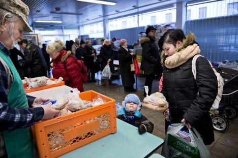 Taloudellinen taantuma koettelee kansaa: ruoka-apua jaellaan.