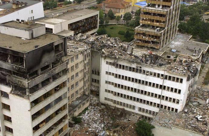 Naton pommitusten rauniot 15 kesäkuuta 1999. Kuvassa Pristinan keskustan entinen postitoimisto.