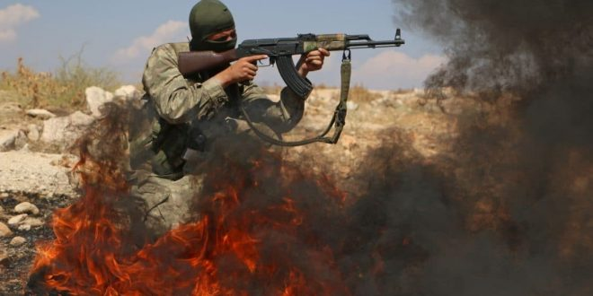Terroristi harjoittelee Idlibin maakunnassa.