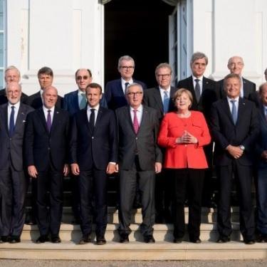 Kuva vuodelta 2018: Saksan liittokansleri Merkel, presidentti Macron, Euroopan komission puheenjohtaja Juncker tapasivat teollisuuden edustajien eurooppalaisen pyöreän pöydän (ERT) jäseniä Schloss Mesebergissä lähellä Berliiniä.