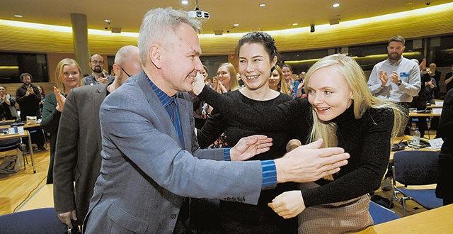 Kuvassa oikealla Maria Ohisalo ja muita tunnettuja kansanpettureita.