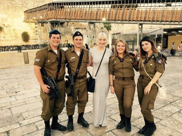 Perussuomalaisista löytyy kristittyjä sionisteja. Kuvassa Laura Huhtasaari israelilaisten sotilasterroristien keskellä.