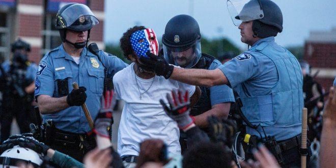 Minneapoliksen poliisi on pidättämässä mellakoitsijaa George Floydin tapauksen jälkeen. Kuva: Victor J. Blue for The New York Times.