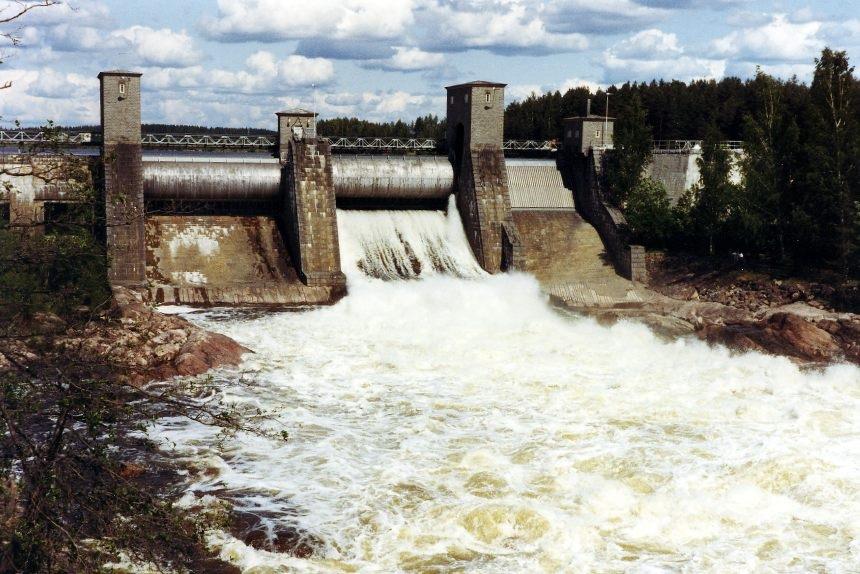 Imatrankosken voimalaitos vuonna 1982. Imatran Voima oli 1980-luvulla yksi suurimmista Suomen valtion omistamista yrityksistä, joka omisti voimalaitoksia muuallakin Suomessa. Kuva: Wikipedia; käyttäjä: Jpk. J-P Kärnä.