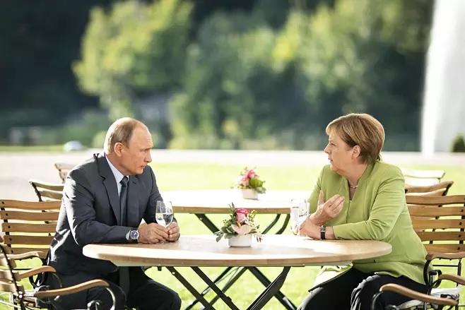 Venäjän presidentti Vladimir Putin ja Saksan liittokansleri Angela Merkel tapasivat vuonna 2018 Saksassa Mesebergin linnassa Berliinin pohjoispuolella.Kuva:STEFFEN KUGLER / DPA