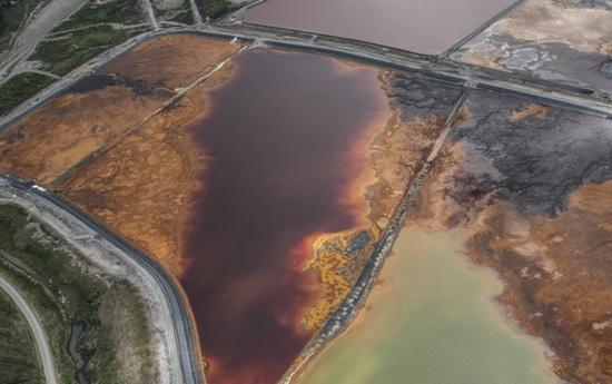 Talvivaaran jätevedet saastuttivat lähijärvet. Kaivoksen ilmakuva 2013 / STOP Talvivaara-Terrafame -kansanliike.